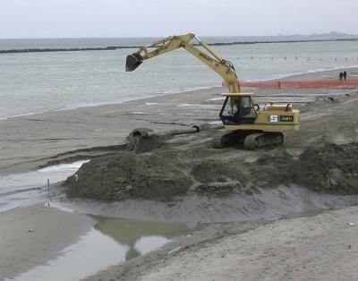 tipica sistemazione di fanghi di dragaggio sulla banchina per la loro disidratazione essiccazione