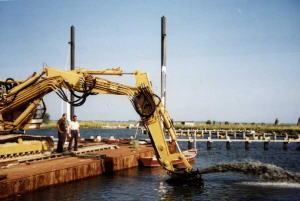 una tipica fase di dragaggio fondale porto